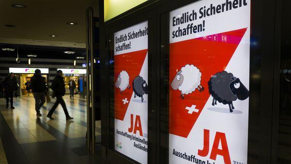 Affiche de campagne de l'Union démocratique du centre, parti politique suisse conservateur et nationaliste, en faveur du oui pour le référendum sur l'éviction des étrangers ayant commis un délit - Sputnik France