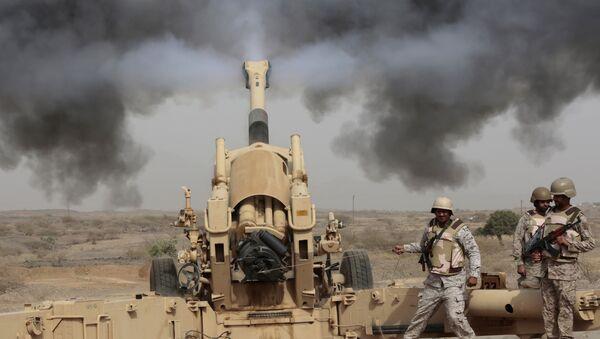 In this April 20, 2015 file photo, Saudi soldiers fire artillery toward three armed vehicles approaching the Saudi border with Yemen in Jazan, Saudi Arabia. - Sputnik France