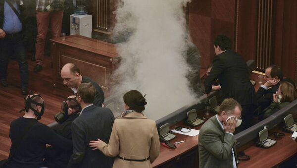 Des gaz lacrymogènes de nouveau lancés à l'intérieur du parlement - Sputnik France