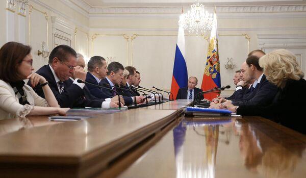 Poutine approuve le plan anti-crise du gouvernement - Sputnik France