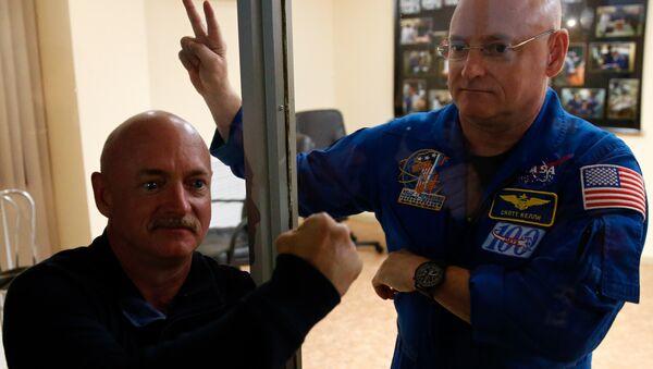 Scott Kelly et son  frère jumeau, Mark - Sputnik France