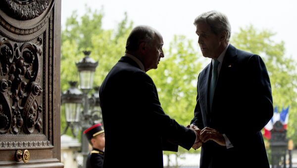 US Secretary of State John Kerry (R) shakes hands with French Foreign Minister Laurent Fabius at the French Ministry of Foreign Affairs in Paris on May 8, 2015. - Sputnik France