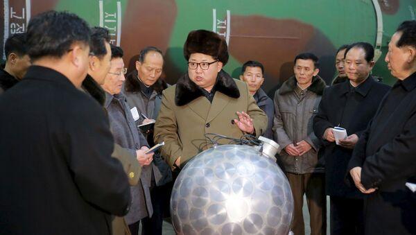 Kim Jong-un, pose derrière une sphère métallique - Sputnik France