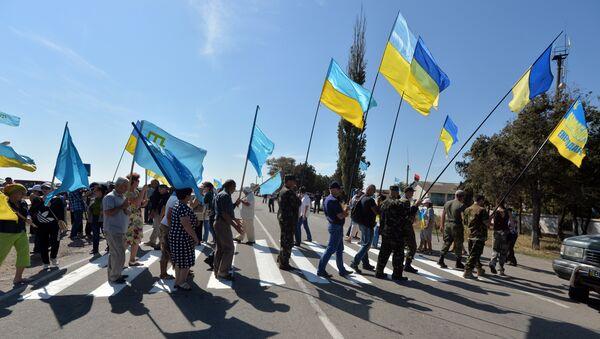 Nationalistes ukrainiens bloquant la route reliant l'Ukraine à la Crimée - Sputnik France