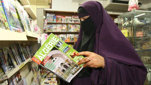 Une femme porte un niqab, en lisant un magazine dans un magasin, à Avignon, sud de la France, le lundi 13 septembre 2010. - Sputnik France