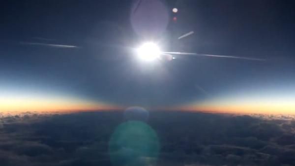 Une éclipse solaire filmée à bord d'un avion - Sputnik France