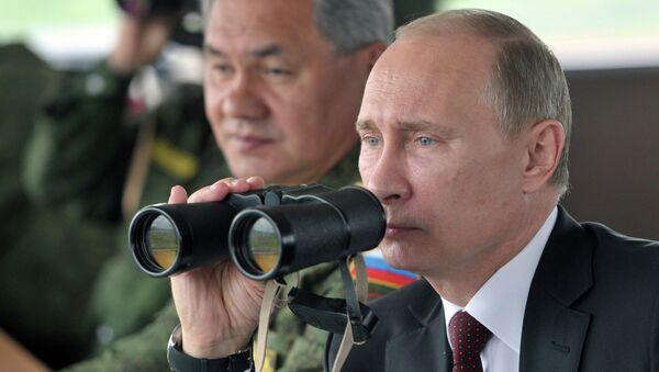 Le président russe Vladimir Poutine et le ministre de la Défense, Sergueï Choïgou observent des exercices militaires dans le district militaire de l'Est - Sputnik France