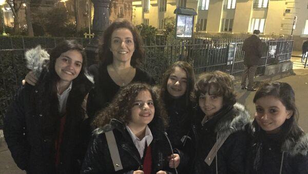 2822  les jeunes chanteurs avec Claudia Touma, la chef de la chorale - Sputnik France
