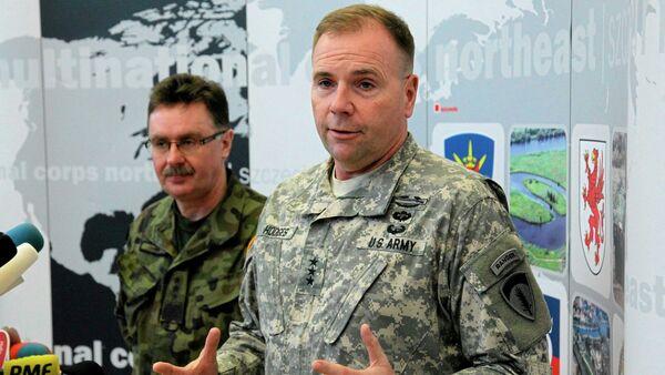 Le général américain Ben Hodges (au premier plan) en train de visiter une base de l'Otan à Szczecin (Pologne) en compagnie du général polonais Boguslaw Samol - Sputnik France