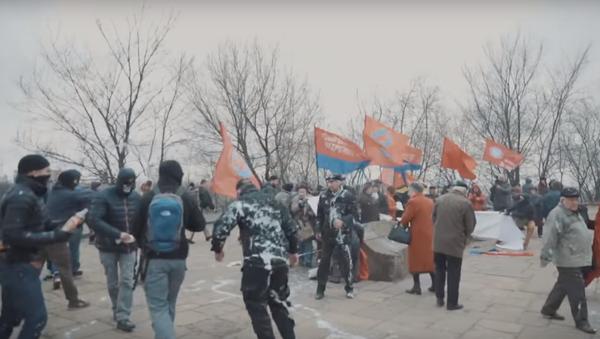 Les militants du Corps civil Azov dispersent une manifestation à Kiev - Sputnik France