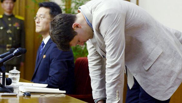 Otto Frederick Warmbier (R), a University of Virginia student who has been detained in North Korea since early January, bows during a new conference in Pyongyang, North Korea, in this photo released by Kyodo February 29, 2016 - Sputnik France