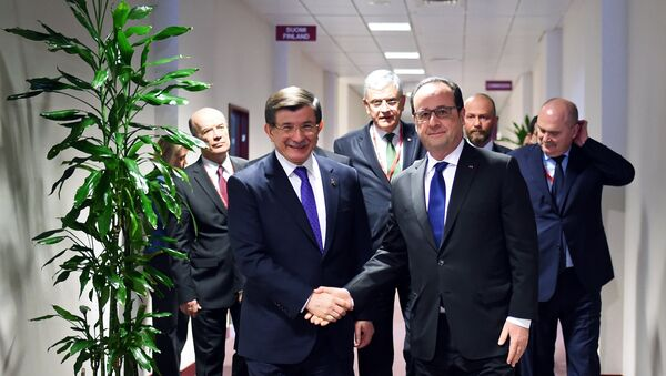 French President Francois Hollande (R) welcomes Turkish Prime Minister Ahmet Davutoglu (L) prior their meeting on the second day of a European Union summit to discuss the ongoing migrant crisis, in Brussels, on March 18, 2016. - Sputnik France