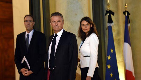 Nicolas Dupont-Aignan (C), et les membres de son équipe, Anne Boissel et Olivier Clodong. Archive photo - Sputnik France