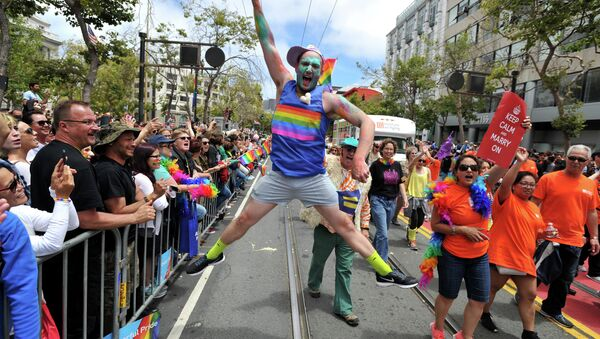 Benj Curtis jumps for joy during the annual Gay Pride Parade in San Francisco, California on June 28, 2015, two days after the US Supreme Court's landmark ruling legalizing same-sex marriage nationwide - Sputnik France