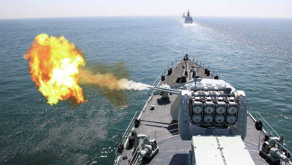 Une photo publié par l'agence de presse chinois Xinhua le 26 avril 2012 montrant le destroyer lance-missiles DDG-112 Harbin de la marine chinoise tire un obus lors de l'exercice naval conjoint sino-russe dans la mer Jaune - Sputnik France