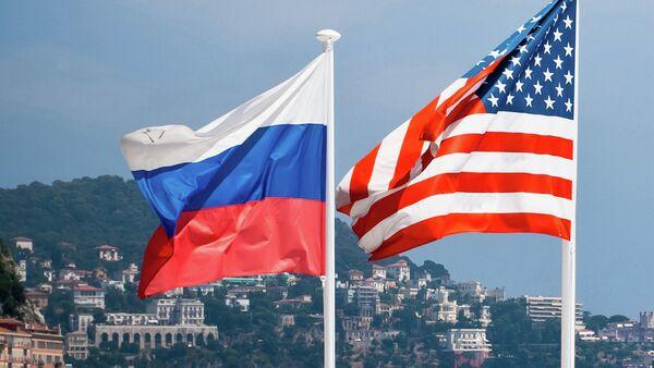 Les drapeaux de la Russie et des Etats-Unis - Sputnik France