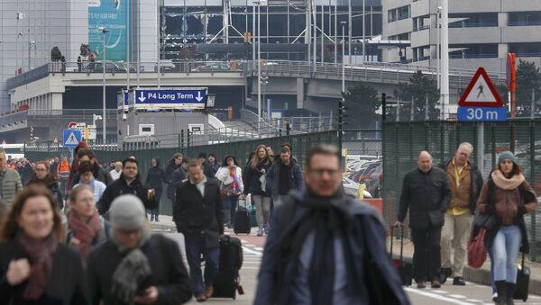 Les gens quittent la scène des explosions à l'aéroport de Zaventem - Sputnik France
