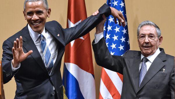 Pas de ça entre nous: Raul Castro repousse la tape sur l'épaule d'Obama - Sputnik France