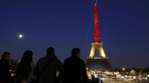 The Eiffel Tower is seen with the black, yellow and red colours of the Belgian flag in tribute to the victims of today's Brussels bomb attacks, in Paris, France, March 22, 2016. - Sputnik France