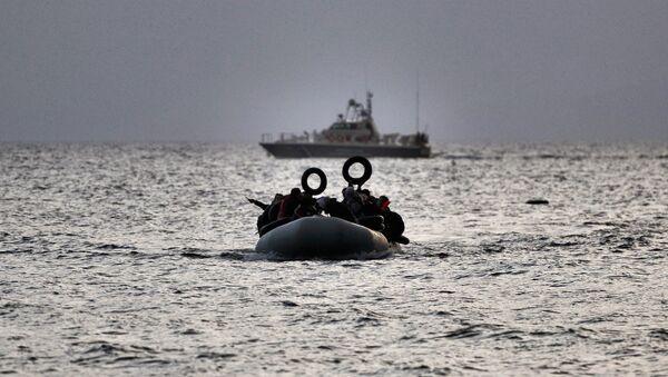 Une embarcation avec des migrants se dirige vers l'île de Lesbos après avoir traversé la mer Egée depuis la Turquie - Sputnik France