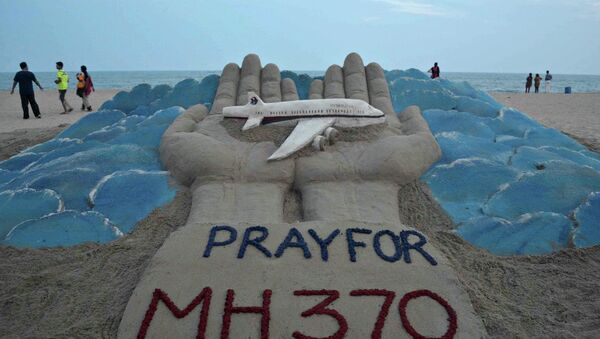 Sand sculpture made by Indian sand artist Sudersan Pattnaik with a message of prayers for the missing Malaysian Airlines flight MH370 - Sputnik France