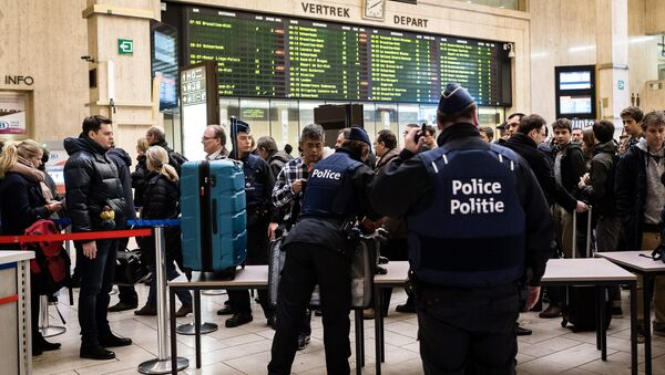 Police search passenger bags at the Central Station in Brussels on Wednesday, March 23, 2016 - Sputnik France