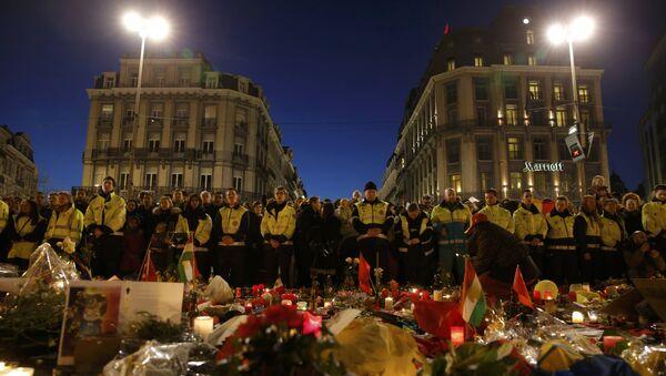 Les sauveteurs en gilets jaunes se rassemblent à la place de la Bourse pour rendre hommage aux victimes des attentats de mardi à Bruxelles, Belgique, le 25 Mars, 2016. - Sputnik France