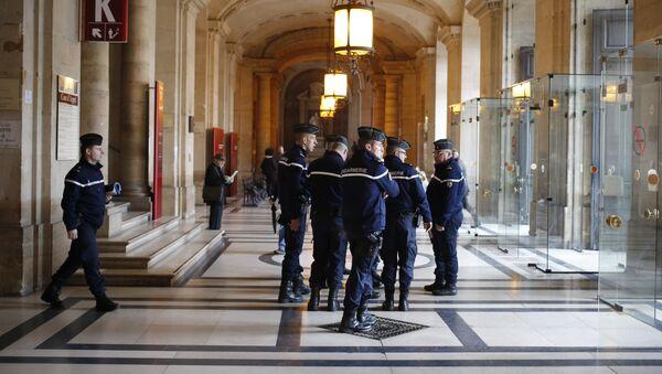 Police dans le hall du Palais de Justice - Sputnik France
