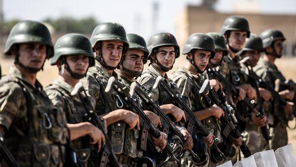 Des soldats turcs déployés le long de la frontière turco-syrienne - Sputnik France