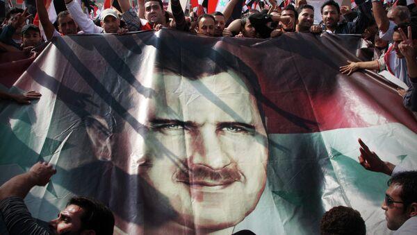 Póster con el rostro de Bashar Asad - Sputnik France