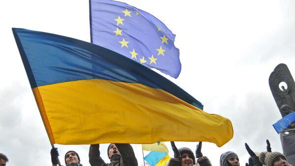 Les drapeaux ukrainien et européen - Sputnik France