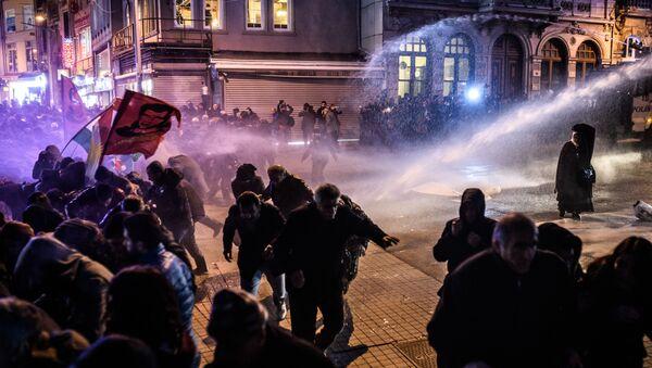 les manifestants à Istanbul le 8 Février durant une manifestation contre le couvre-feu à Cizre - Sputnik France