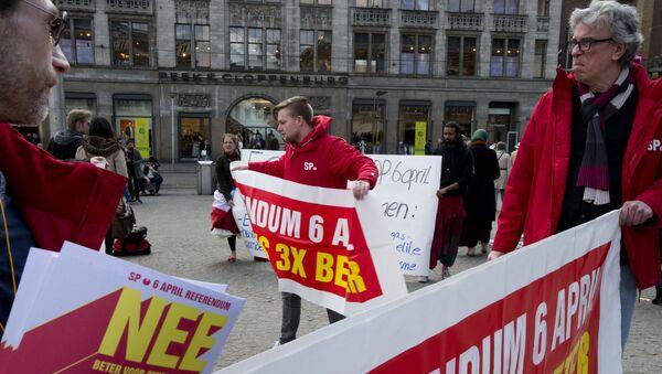 Les manifestants appellent à un vote «NON» dans le prochain UE-Ukraine référendum de mercredi - Sputnik France