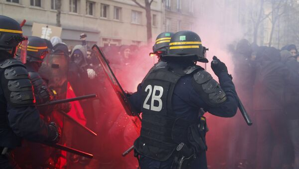 French CRS riot police face off with French high school and university students during a demonstration against the French labour law proposal in Paris, France, April 5, 2016 - Sputnik France