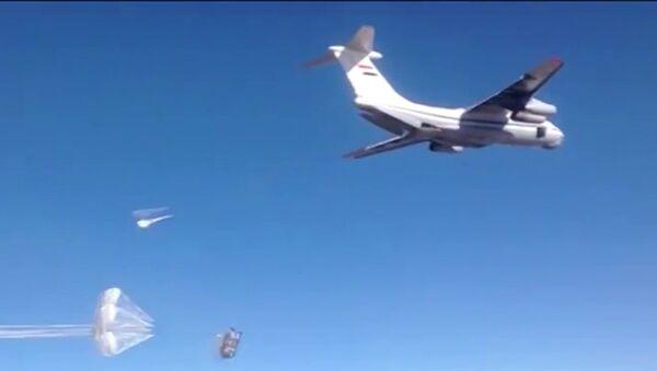 L'aide humanitaire larguée sur les plates-formes parachute russes dans la région de Deir ez-Zor, en Syrie - Sputnik France