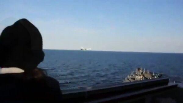 Le survol du destroyer américain USS Donald Cook - Sputnik France