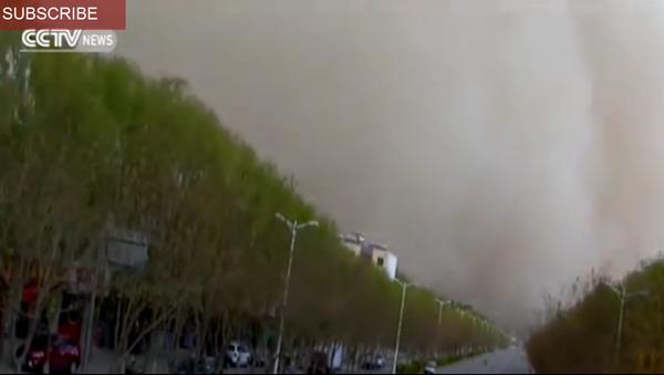 Une tempête de poussière s'abat sur une ville - Sputnik France