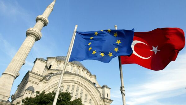 Flags of Turkey, right, and the European Union are seen in front of a mosque in Istanbul, Turkey - Sputnik France