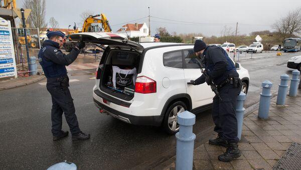 Belgian police control a car at the Belgium-France border in Adinkerke on February 24, 2016. - Sputnik France