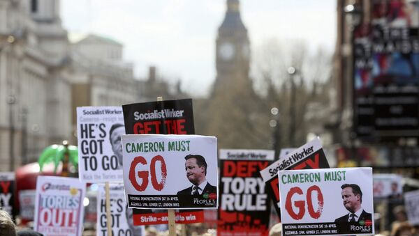 Demonstrators hold placards during a protest outside Downing Street in Whitehall, central London, Britain April 9, 2016. - Sputnik France