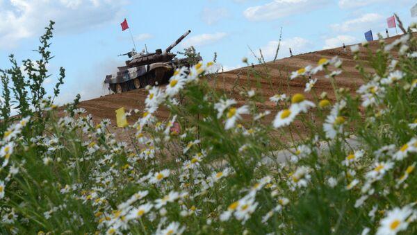 Le biathlon en char d'assaut sur le polygone de tir russe d'Alabino - Sputnik France