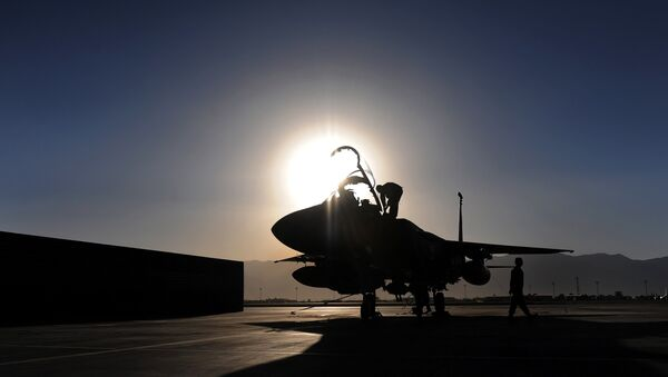 A US Air Force ground crew inspect an F-15E Strike Eagle fighter jet at the Bagram AirBase, in the Parwan province some 50kms north of Kabul, on August 10, 2009. - Sputnik France