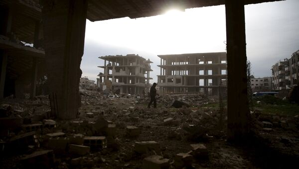 Мужчина среди руин в контролируемом сирийской оппозицией районе Джобар пригорода Дамаска в Сирии - Sputnik France