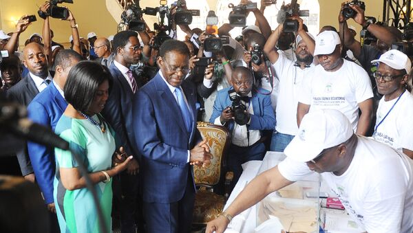 Equatorial Guinea incumbent president and candidate Teodoro Obiang Nguema (C) and his wife Constancia Mangue (L) arrive at the polling station on April 24, 2016 in Malabo during the presidential election vote. - Sputnik France