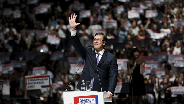 Serbian Prime Minister and leader of the Serbian Progressive Party (SNS) Aleksandar Vucic waves to his supporters during a rally ahead of Sunday's election, in Belgrade April 21, 2016. - Sputnik France