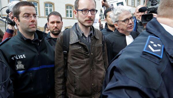 Antoine Deltour escorté par les membres de la police, le 26 avril - Sputnik France