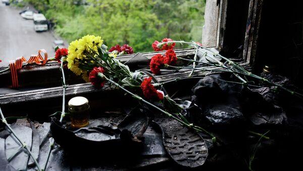 Des fleurs sur la fenêtre de la Maison des syndicats à Odessa - Sputnik France