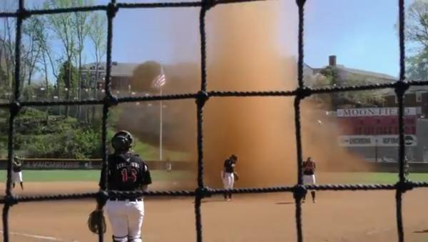 Une puissante tornade de sable a fait stopper cette partie de softball. - Sputnik France