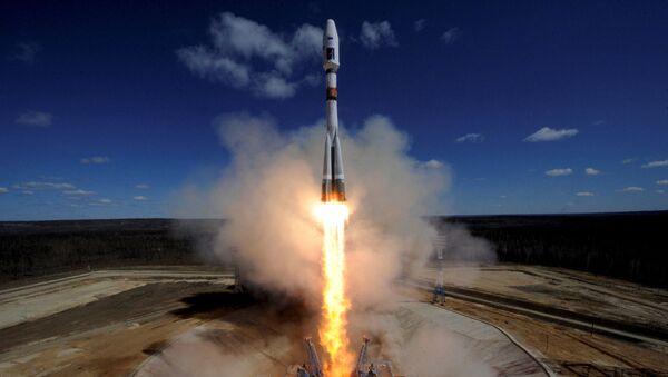 Cтарт с космодрома Восточный ракеты-носителя Союз-2.1а с тремя российскими спутниками Ломоносов, Аист-2Д и SamSat-218 - Sputnik France