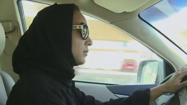 Une femme saoudienne qui conduit sa voiture - Sputnik France